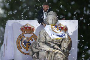 El capitán del Real Madrid, Sergio Ramos, en Cibeles. EFE/Javier Lizón