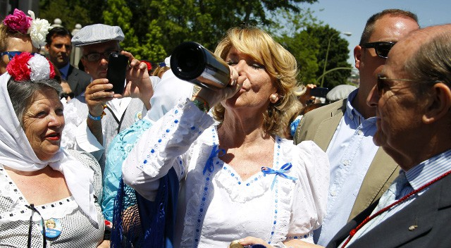 Esperanza Aguirre anima San Isidro vestida de chulapa