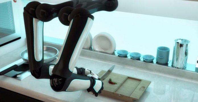 Brazos robóticos preparando la cena