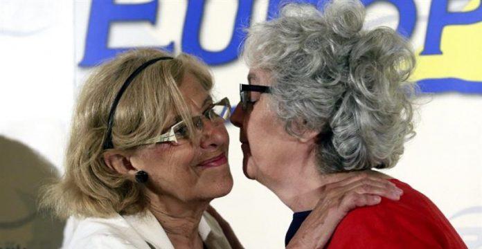 Manuela Carmena saluda a la periodista Soledad Gallego-Díaz en un desayuno informativo en Madrid.