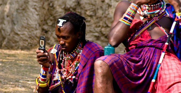 El uso del móvil en África es muy habitual, sobre todo para el envío de SMS.