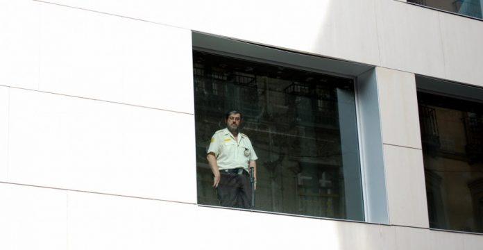Un vigilante de seguridad, vigilando.