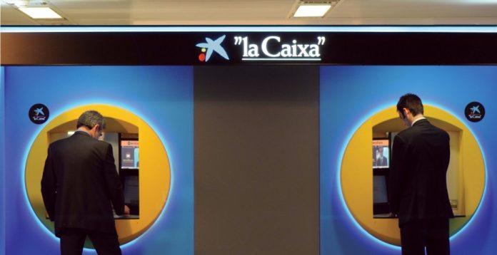 Ya puedes reclamar los 2 euros de comisión que cobran los cajeros de CaixaBank