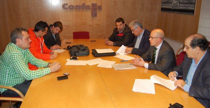 Imagen de la firma del convenio colectivo del sector del Metal para 2015 y 2016.