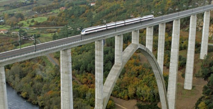 Acciona se suma a ACS, FCC y Ferrovial: las cuatro constructoras se presentan a las licitaciones de las obras de la alta velocidad ferroviaria inglesa.