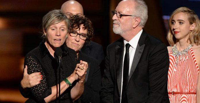 Francis McDormand y el equipo de 'Olive Kitteridge' durante la ceremonia de los Emmys