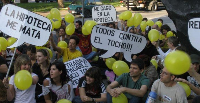Sentada de un grupo de activistas en favor de un acceso universal a la vivienda.