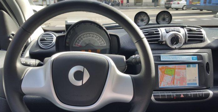 Car2Go se ha visto obligado a poner pegatinas en el salpicadero para avisar de no aparcar en determinadas zonas...