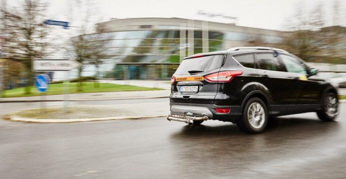 Un vehículo de Ford con un dispositivo para medir las emisiones en condiciones de conducción real.