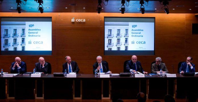 En el centro, el presidente de CaixaBank, Isidre Fainé, quien también preside el consejo de la CECA.