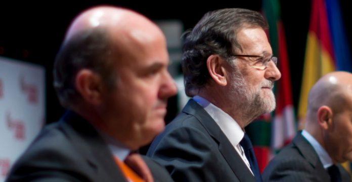 El ministro de Economía, Luis de Guindos, y el presidente del Gobierno, Mariano Rajoy.