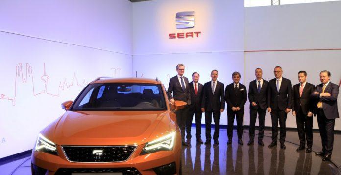Los miembros del comité ejecutivo de Seat, junto al nuevo modelo Ateca, durante la presentación de resultados.