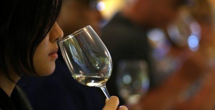 El 5,2% de las mujeres japonesas reconoce beber diariamente vino